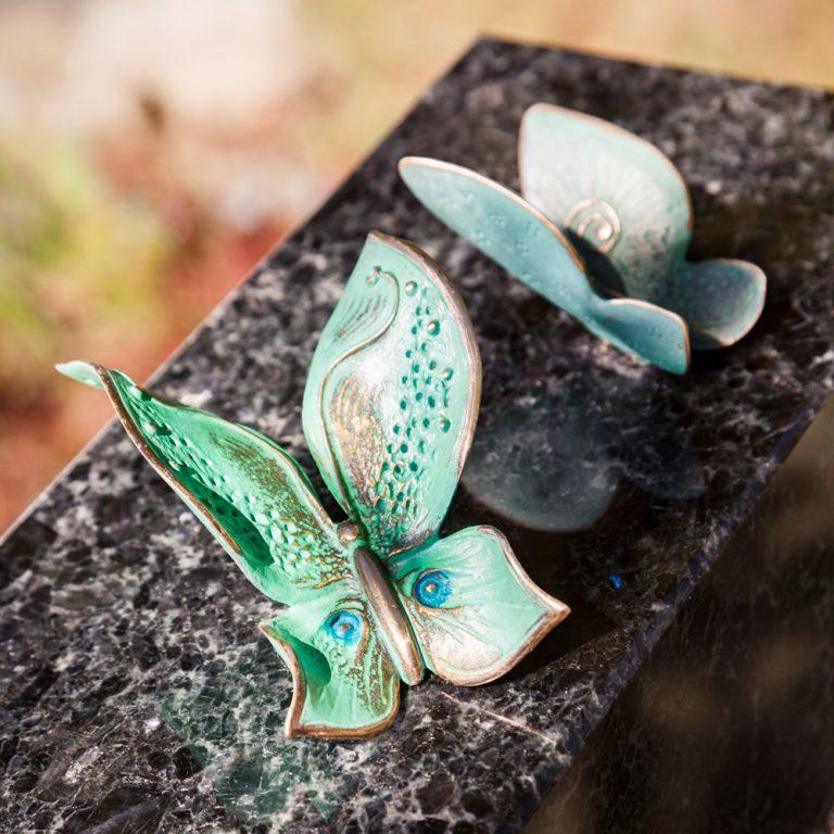 Kivilähde, hautakivi, perhoset