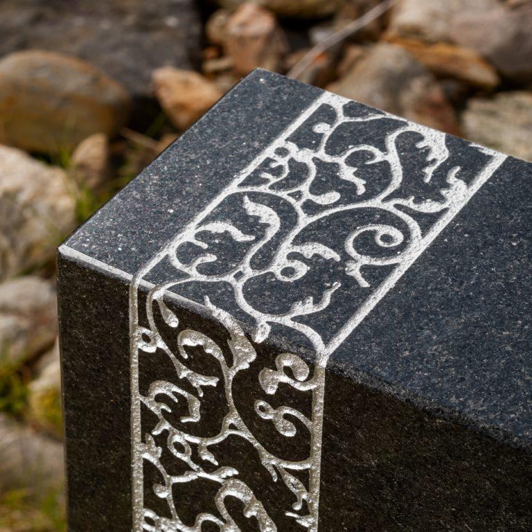 Kivilähde, hautakivi, köynnös